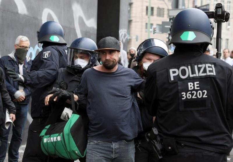 """Протест в Хамбург: """"Ваксинация за всички или ще има бунтове"""""""