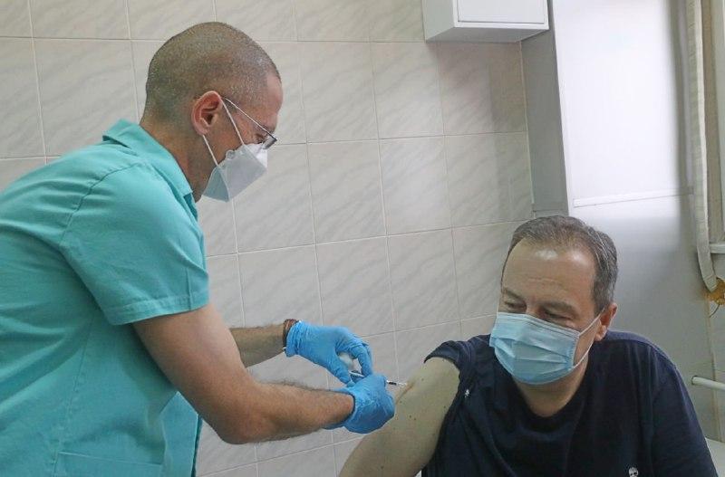 """Спикерът на парламента и главата на МВР на Сърбия се ваксинираха със """"Спутник V"""""""