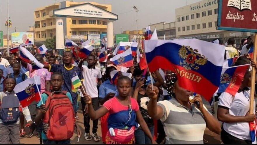"""""""Да живее Русия!"""": Митингуващи в ЦАР благодариха на Москва за победата над терористите"""
