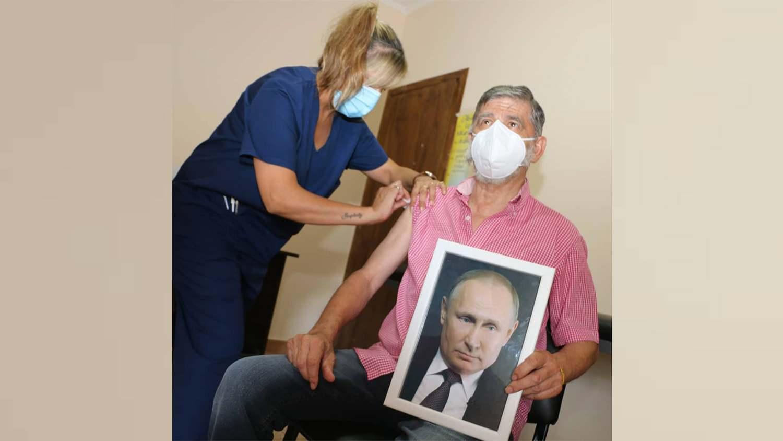 Кмет на аржентински град се ваксинира срещу COVID-19 с портрет на Путин