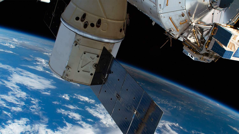 Руският космонавт се справи с първата пукнатина на МКС