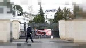 Петима дипломати имат право да останат в чешкото посолство в Москва