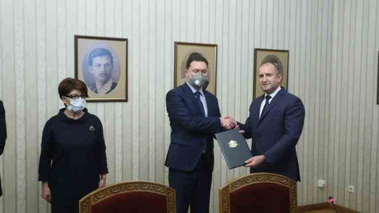 Радев връчи мандата на Даниел Митов, очаква ефективно правителство