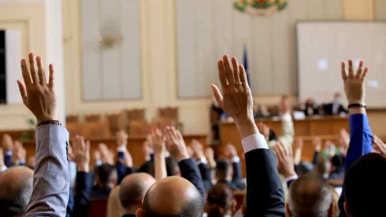 """Депутатите от 45-ото НС единодушно приеха оставката на """"Борисов-3"""""""