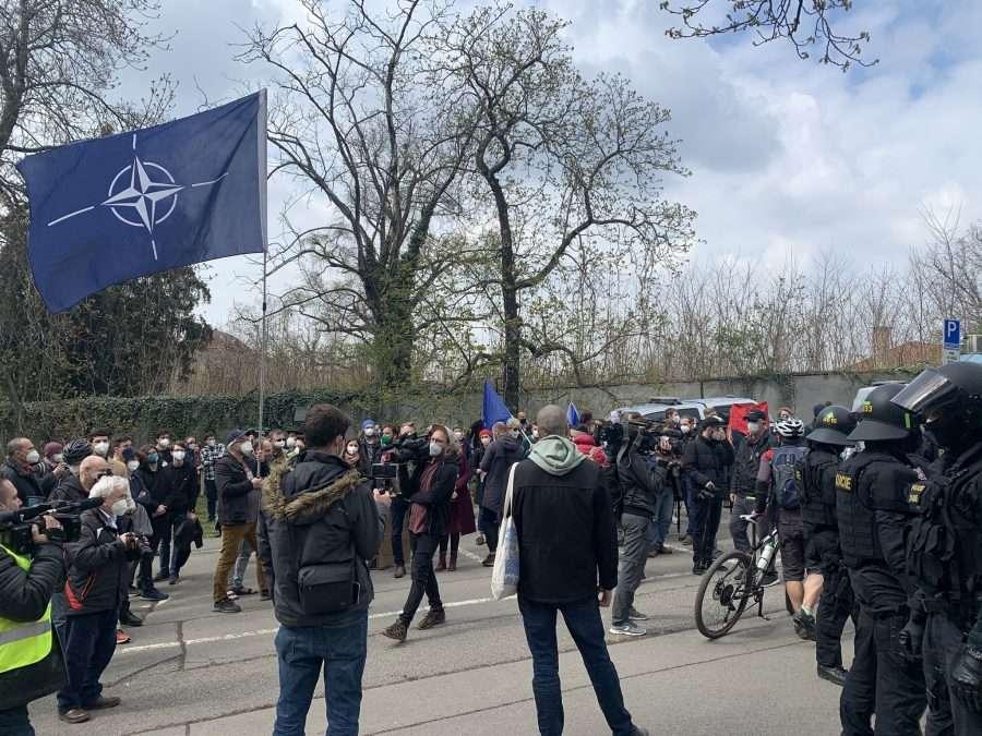 Сблъсък между демонстранти пред руското посолство в Прага