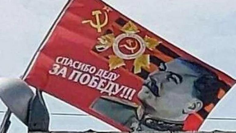 В украинския град Днепър развяха огромно знаме със Сталин
