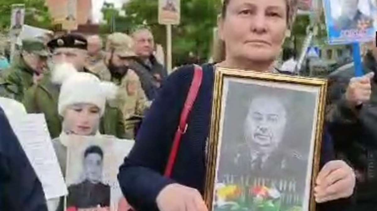 """Портретът на дядото на Зеленски се появи в колоната на """"Безсмъртния полк"""" в Донбас"""