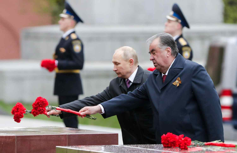 Путин положи цветя на паметника на Неизвестния войн