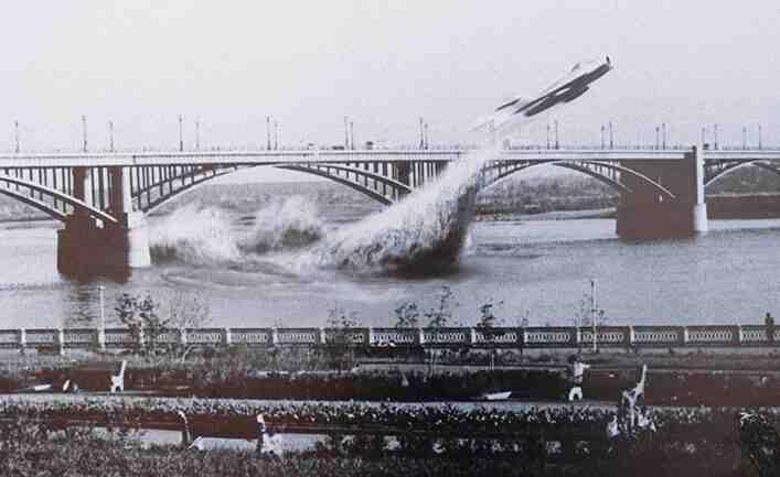 Чудото на века: Съветски изтребител MиГ-17 прелита под моста над Об