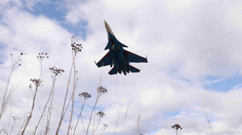 Руски Су-30СМ съпроводи американски разузнавателен самолет над Охотско море
