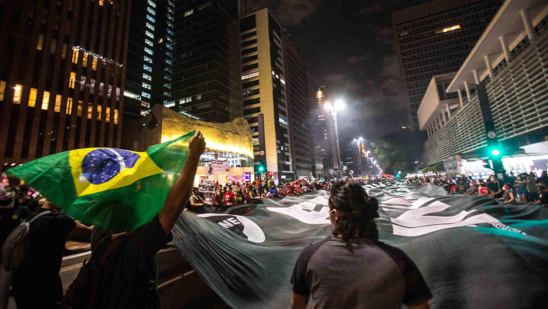 В Бразилия жителите протестират срещу властите заради коронавируса