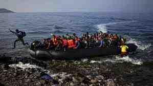 Рекорден брой нелегални имигранти пристигат във Великобритания през Ламанша