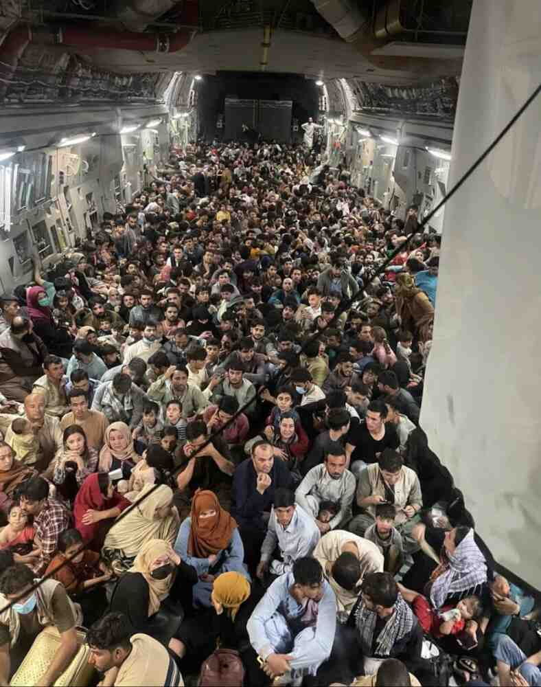 Жителите на града масово напускат Кабул (видео)