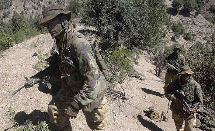 Британски спецназ прозорно бяга от бойци в сандали (талибани)