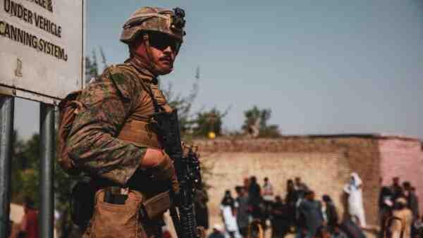 """""""Тежка и болезнена евакуация"""": Американци и немци влязоха в битка на летището в Кабул"""