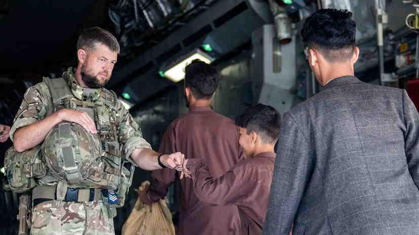 Британия евакуира от Кабул над 11 хиляди човека