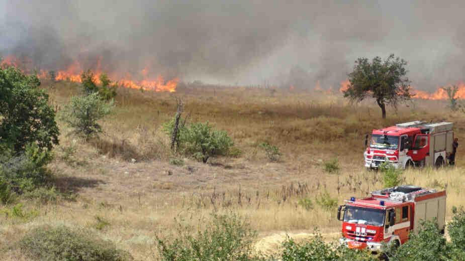 От началото на деня огнеборците гасили 36 пожара