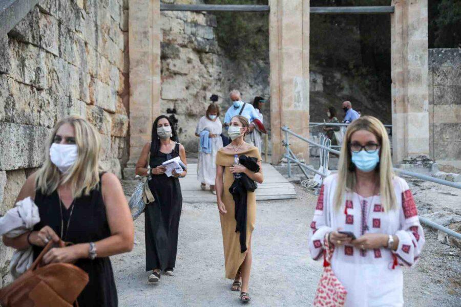 Гърция отстранява неваксинирани работници