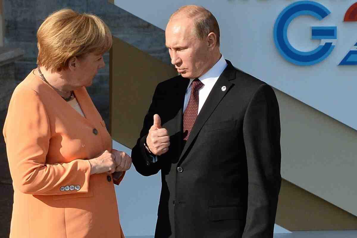 """Лидерите на Русия и Германия ще обсъдят """"наследственото петно на Меркел"""""""