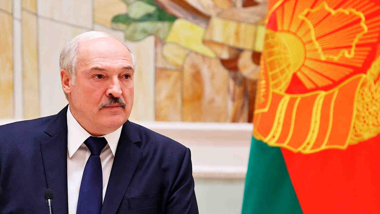 Лукашенко: Не бива просто така да им предаваме страната