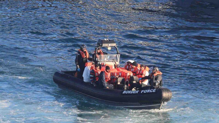 Рекорд: Над 800 мигранти прекосиха Ламанша към Великобритания