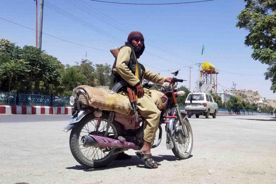 Талибаните на 50 км от Кабул, изключиха тока