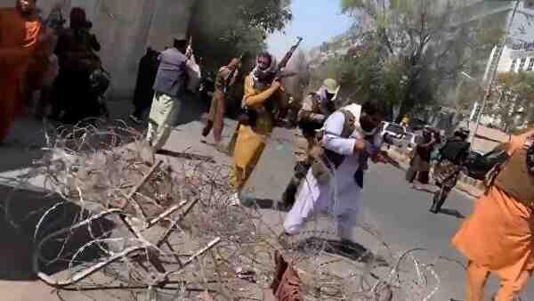 Талибаните задържаха журналист, отразяващ антипакистанския протест в Кабул