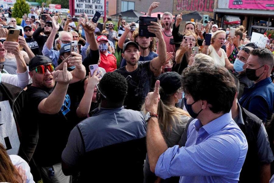 Канадски антиваксини заплашени от арест заради протести до болници