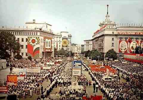 """На 9 септември 1972 г. БНТ излъчва първото цветно предаване - манифестацията на площад """"Девети септември"""""""