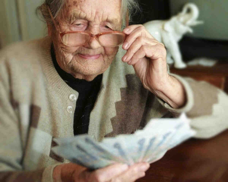 23 500 българи получават пожизнено намалени пенсии
