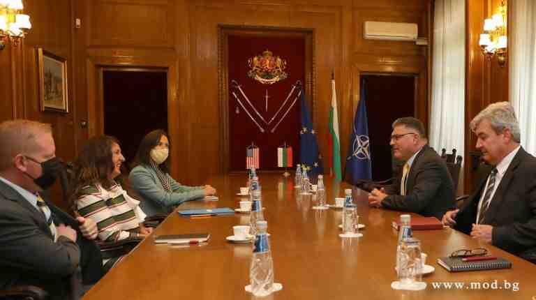 Жална й майка на България/Служебен министър: Трябват ни нови ракетни комплекси, 3D радари, бронирани машини, кораби, подводници...
