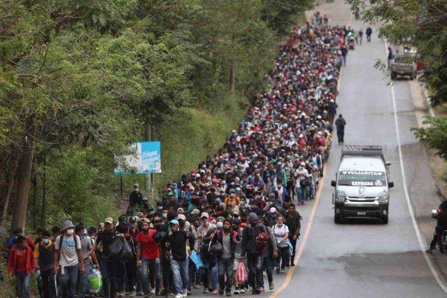 """""""Цунами след цунами мигранти се стоварват в САЩ"""""""