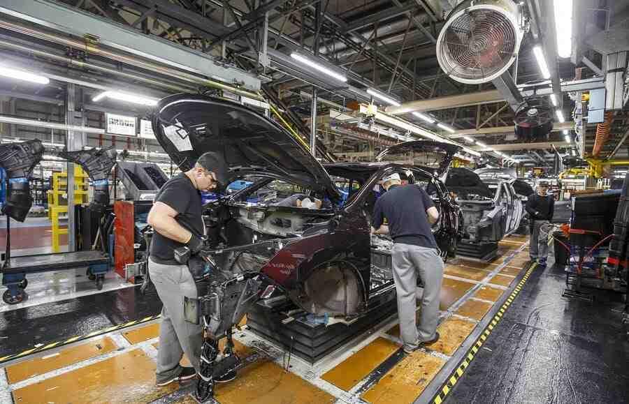 Производството на автомобили във Великобритания спадна с 27 %